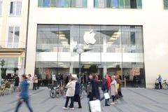 Apple Store à Munich avec des clients photos stock