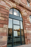 Apple Store étant prêt pour le lancement de montre d'Apple Images stock