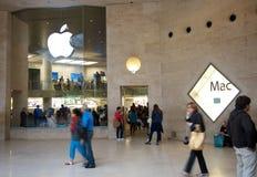 Apple Store δίπλα στο μουσείο του Λούβρου Στοκ Φωτογραφίες