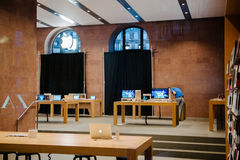 Apple Store με τα καλυμμένα παράθυρα αγορών Στοκ εικόνες με δικαίωμα ελεύθερης χρήσης