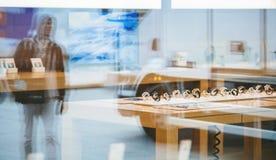 Apple Store με το ρολόι της Apple μέσα στην πόλη αντανάκλασης Στοκ Φωτογραφία
