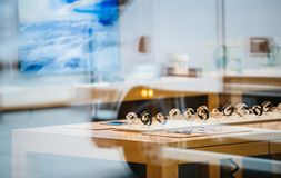 Apple Store με το ρολόι της Apple μέσα στην πόλη αντανάκλασης Στοκ Φωτογραφίες