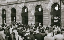 Apple Store που περιμένει το νέο τηλεφωνικό υπολογιστή γραμμών Στοκ φωτογραφία με δικαίωμα ελεύθερης χρήσης