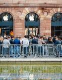 Apple Store που περιμένει το νέο τηλεφωνικό υπολογιστή γραμμών Στοκ Φωτογραφία