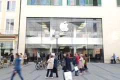 Apple Store στο Μόναχο με τους αγοραστές στοκ φωτογραφίες