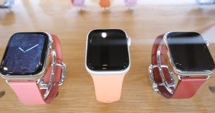 Apple Store avec la série nouvellement annoncée 4 de montre d'Apple d'or banque de vidéos