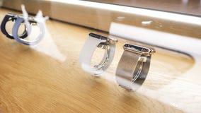 Apple Store avec le nouveau smartwatch de luxe de la s?rie 4 de montre d'Apple clips vidéos