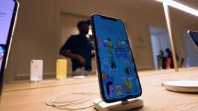 Apple Store Champs-Elysees con el smartphone de Xs X del iPhone almacen de video