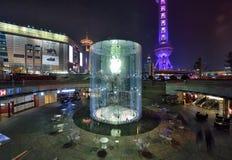 Apple Store à Changhaï la nuit Photographie stock libre de droits
