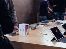 Apple Store die voor nieuwe iphone X winkelen Stock Fotografie