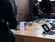 Apple Store die voor nieuwe iphone X winkelen Stock Afbeelding
