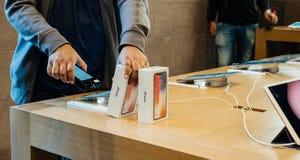 Apple Store die voor nieuwe iphone X winkelen Royalty-vrije Stock Afbeelding
