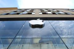 Apple Store em Munich com céu fotos de stock