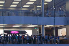 Apple Store exhibe Fotos de archivo