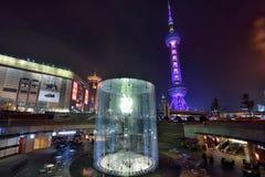Apple Store i Shanghai på natten Arkivbild