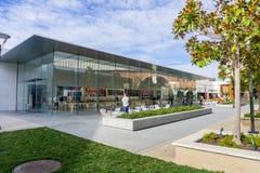 Apple Store localizó en el centro comercial de Stanford del aire abierto Fotos de archivo libres de regalías