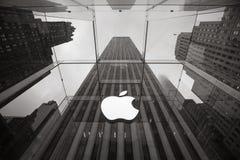 Apple Store-Logo am Eingang zu Apple Store Stockfotografie