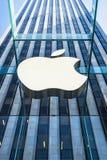 Apple Store-Logo am Eingang zu Apple Store auf Fifth Avenue New York Lizenzfreie Stockfotografie