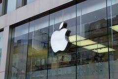 Apple Store-Logo in Frankfurt stockfotos