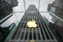 Apple Store logo på ingången till Apple Store Arkivbild