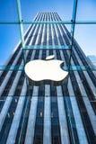 Apple Store logo przy wejściem Apple Store na fifth avenue Nowy Jork Obraz Stock