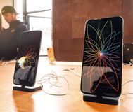Apple Store med den maximal produkthjälten för iPhone Xs och Xs arkivfoto