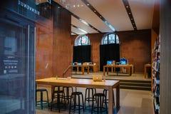Apple Store met behandelde het winkelen vensters Royalty-vrije Stock Foto's