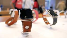 Apple Store met het Horlogereeks 4 van luxe nieuwe Apple Hermes stock footage