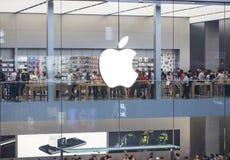 Apple Store ocupado Foto de archivo libre de regalías