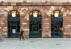 Apple Store que consigue listo para el lanzamiento del reloj de Apple Fotografía de archivo