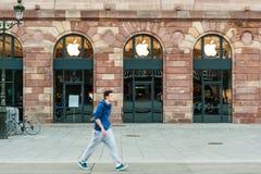 Apple Store que consigue listo para el lanzamiento del reloj de Apple Imágenes de archivo libres de regalías