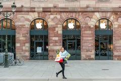 Apple Store que consigue listo para el lanzamiento del reloj de Apple Imagen de archivo libre de regalías