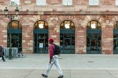 Apple Store que consigue listo para el lanzamiento del reloj de Apple Foto de archivo