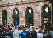 Apple Store väntande linje ny telefondator arkivbild