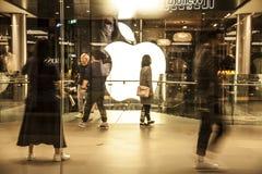Apple Store y clientes en la alameda de compras de IFC, Hong-Kong Imagen de archivo
