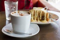 Apple-Streuselkuchen und Kaffee Stockfotografie