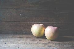 Apple su di legno Fotografia Stock Libera da Diritti