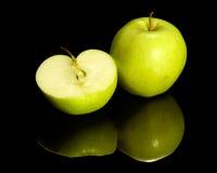 Apple su terra riflettente Fotografia Stock Libera da Diritti