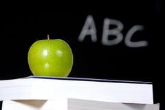 Apple sulla pila di libri in aula fotografia stock