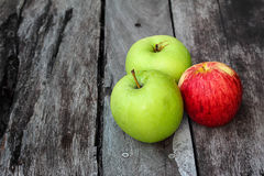 Apple sulla tavola Fotografia Stock