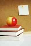 Apple sur des livres image stock