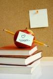 Apple sur des livres d'école Photos stock