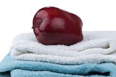 Apple sur deux essuie-main d'isolement sur le fond blanc Photo libre de droits