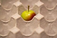 Apple sur la boîte à oeufs Photo libre de droits