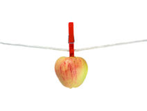 Apple sur la corde à linge Photos libres de droits