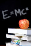 Apple sur la pile de livres dans la salle de classe Image libre de droits