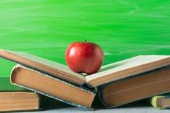 Apple sur la pile des livres