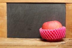 Apple sur la scène en bois Images stock