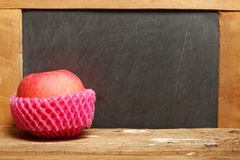 Apple sur la scène en bois Photographie stock