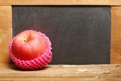 Apple sur la scène en bois Photo stock